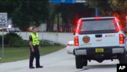 Retén policial en el aeropuerto de Jacksonville, en Florida, donde dos paquetes sospechosos fueron encontrados anoche.