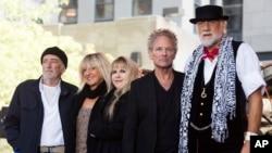 """Archivo-John McVie, desde la izquierda, Christine McVie, Stevie Nicks, Lindsey Buckingham y Mick Fleetwood, de la banda Fleetwood Mac, en el """"Today"""" show de NBC. Nueva York, octubre 9, 2014."""