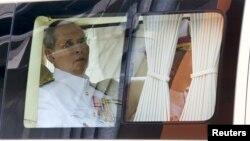5일 푸미폰 아둔야뎃 태국 국왕이 즉위 65주년 기념식에 참석하기 위해 차를 타고 병원에서 왕궁으로 출발하고 있다.