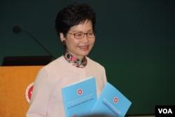 香港特首林郑月娥展示2018年施政报告 (美国之音记者申华 拍摄)