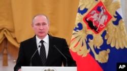 ប្រធានធិបតីរុស្ស៊ីលោក Vladimir Putin ថ្លែងក្នុងអំឡុងពេលពិធីអបអរឆ្នាំថ្មី នៅក្នុងទីក្រុងម៉ូស្គូ ប្រទេសរុស្ស៊ី កាលពីថ្ងៃពុធ ទី២៨ ខែធ្នូ ឆ្នាំ២០១៦។ (រូបថតដោយ AP)