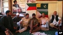 Pemimpin separatis Kashmir Yasin Malik (tengah berjenggot) dalam pertemuan di Srinagar, India (19/8).