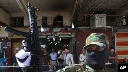 یک مرد مسلح شیعه عراقی و از طرفداران مقتدی صدر در حال گشتزنی در کرکوک برای مقابله با حملات گروه افراطی سنی داعش – ۳۰ تیر ۹۳