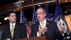 Chủ tịch Hạ viện Paul Ryan, trái, và Chủ tịch Ủy ban Tư pháp Bob Goodlatte, trong cuộc họp báo về chính sách di trú ngày 29/6/2017.