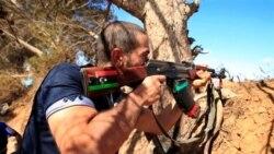 توپباران مواضع شورشیان توسط نیروهای سرهنگ قذافی