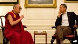 အေမရိကန္သမၼတ ဘရက္အိုဘားမားနဲ႔ တိဘက္ဘုန္းေတာ္ႀကီး ဒလိုင္းလားမားတို႔ အိမ္ျဖဴေတာ္မွာ ေတြ႔ဆံုေနစဥ္ (ဇူလိုင္လ ၁၆၊ ၂၀၁၁)၊ Official White House Photo by Pete Souza