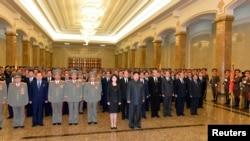 북한 김정일 사망 2주기인 17일 김정은 국방위원회 제1위원장(가운데)이 부인 리설주와 함께 시신이 안치된 평양 금수산 태양궁전을 찾았다.