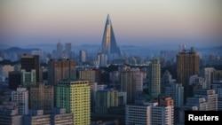 지난 10월 북한 평양 시내의 주택가 사이로 공사가 진행 중인 105층 류경호텔 모습이 보인다.