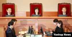 Lee Jung-mi, the head of the trial of the Constitutional Court of Korea (center), has spoken out at the 11th session of the presidential impeachment trial against Park Geun-hye at the Jodong Constitutional Court in Seoul, South Korea, 2/7/2017.