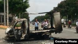 越南南部平阳省,示威者在一次反华示威中烧毁了一辆卡车。