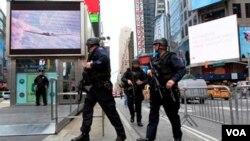 Polisi anti teror di New York siaga mengamankan kawasan Manhattan.