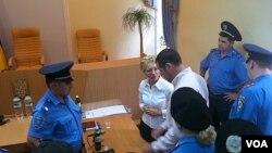 Mantan PM Yulia Tymoshenko (tengah) ditangkap di ruang pengadilan atas tuduhan menghina hakim hari Jumat (5/8).