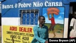 Agro Dealers, como Tomas Esmael, de Moçambique, dependem do investimento dos governos em agricultura.