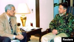 جنرل پرویز مشرف اور ڈاکٹر عبدالقدیر (فائل فوٹو)