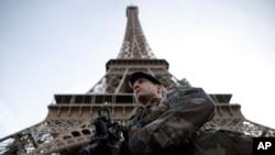 Un soldado realiza guardia en la Torre Eiffel, mientras Francia marca el fin de dos años de un estado de emergencia antiterrorismo.