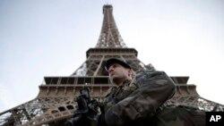 Seorang tentara berjaga di Menara Eiffel di Paris, saat Perancis menandai berakhirnya keadaan darurat dua tahun, Rabu, 1 November 2017. (Foto: dok).
