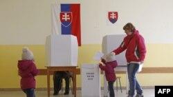 Dete ubacuje glasački listić umesto svoje majke, u prestonici Slovačke Bratislavi
