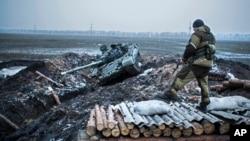 지난 5일 우크라이나 동부 도네츠크 지역에서 친-러시아계 반군이 정부군으로 빼앗은 검문소를 지키고 있다.