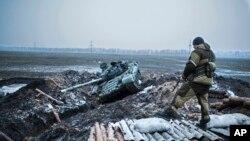 Проросійський бойовик на захопленому українському блокпосту