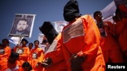 Ex detenidos de la prisión de Guantanamo exigen, frente a la embajada de EE.UU. en Sanna, Yemen, la liberación de los presos.