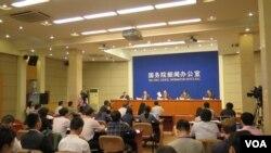 中国国新办在北京召开新闻发布会,发布新疆白皮书(美国之音东方拍摄)