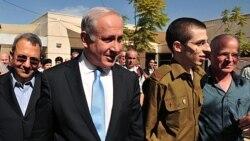 گیلاد شالیت ، دومین نفر از دست راست به همراه پدر و نخست وزیر اسرائیل ۲۶ مهر ۱۳۹۰ خورشیدی