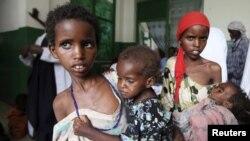 Anak-anak perempuan Somalia membawa adiknya yang kekurangan gizi ke rumah sakit di Mogadishu (foto: dok). Somalia merupakan negara terburuk kedua di dunia bagi kaum perempuan.
