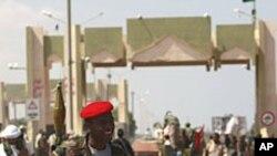 경계를 서고 있는 리비아 임시정부 군 병사