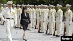 이나다 도모미(가운데) 일본 방위상이 취임 첫날인 4일 도쿄에서 의장대를 사열하고 있다. (교도통신 제공)