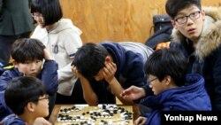 이세돌 9단과 알파고의 마지막 5국이 열린 지난 15일 서울 성동구 이세돌바둑연구소에서 교육생들이 TV를 통해 대국을 시청하며 바둑을 두고 있다.