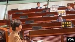 香港特首林鄭月娥出席2020年首次立法會答問大會,多名民主派議員在座位前放置抗議標語。