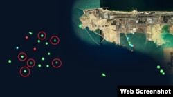 광물을 취급하는 항구로 알려진 중국 룽커우 항의 26일 선박 위치가 점으로 표시되어 있다. 붉은색 원 안에 든 점들이 '장진강' 호 등 북한 선박이다. '마린트래픽' 이미지 캡쳐.
