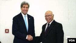 Ngoại trưởng Mỹ John Kerry bắt tay cố vấn An ninh Quốc gia Pakistan Sartaj Aziz trước cuộc họp ở Islamabad, ngày 13/1/2015.