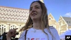 Aya Al-Umari mengenakan kaus yang kakaknya, Hussein Al-Umari (35),yang terbunuh dalam serangan di masjid Al Noor di Christchurch, Selandia Baru, 15 Maret 2019. Al-Umari, satu dari 200 kerabat korban yang sedang melakukan perjalanan ke Arab Saudi sebagai tamu Raja Salman.