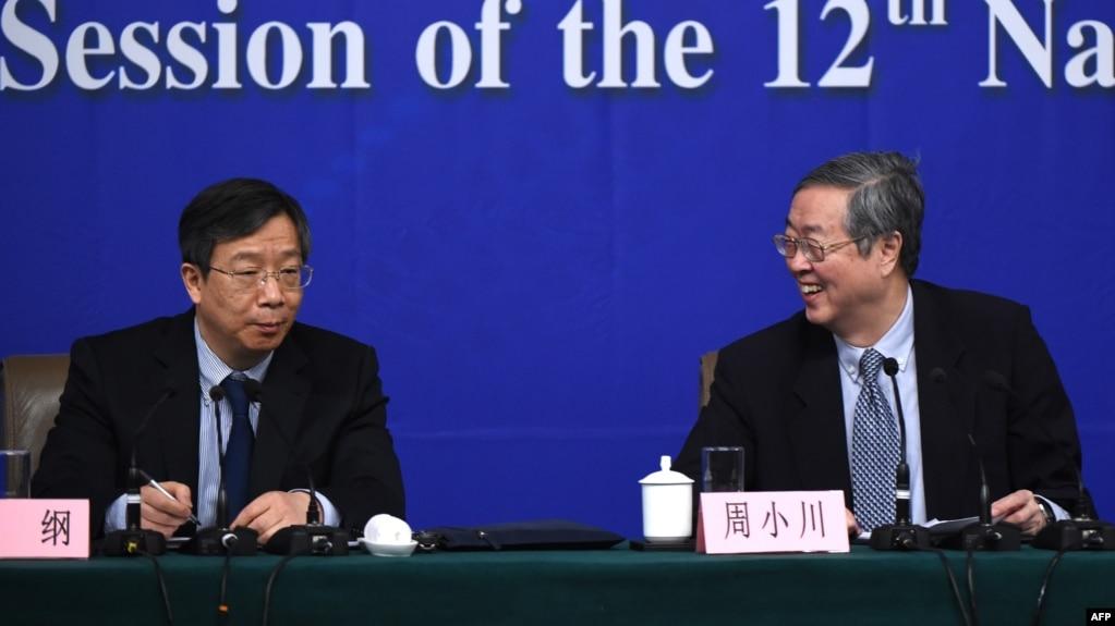 時任中國人民銀行副行長易綱與時任中國人民銀行行長周小川在第十二屆全國人大第三次會議期間舉行記者會。 (2015年3月12日)