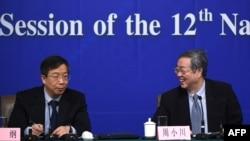 2015年3月12日在北京召开的第十二届全国人民代表大会第三次会议期间,时任中国人民银行行长周小川(右)和副行长易纲(左)召开新闻发布会。
