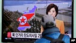 미·한 연합훈련이 시작된 2일 북한이 탄도미사일을 발사한 가운데 한국 서울역에서 시민들이 TV 뉴스를 시청하고 있다.
