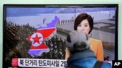 3月2日一名南韓路人首爾觀看電視播出有關北韓向東中國海發射兩枚短程導彈的新聞。