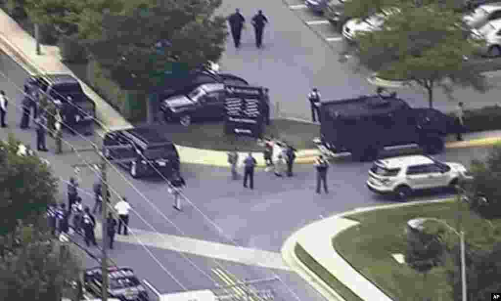 فائرنگ کے واقعے کے فوری بعد علاقے کا فضائی منظر۔ پولیس کی نفری دیکھی جاسکتی ہے۔