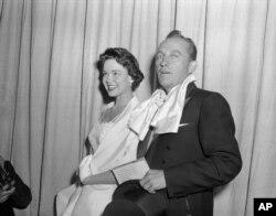 배우이자 가수인 빙 크로스비와 여배우 캐서린 그랜트가 지난 1955년 로스엔젤레스 할리우드에서 열린 아마데미 어워즈에 도착하고 있다.
