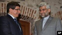 터키 이스탄불에서 핵회담 앞서 악수를 나누는 아메드 다부토를루(좌) 터키 외무장관과 사에드 잘릴리(우) 이란 핵협상 대표