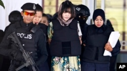 Nghi can Đoàn Thị Hương được dẫn giải ra tòa.