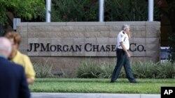 Seorang polisi berpatroli di depan kantor JP Morgan Chase saat dilaksanakan pertemuan tahunan 15 Mei 2012 di Tampa, Florida, yang mengungkapkan kerugian transaksi sebesar 2 milyar dolar.