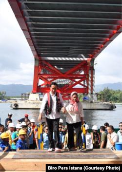 Presiden Joko Widodo dan Ibu Negara Iriana meninjau jembatan Holtekamp Jayapura, Kamis, 12 April 2018. (Foto: Biro Pers Istana)