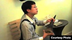 法庭展示的物证之一:李姓被告人在向装扮成商人的美国联邦执法人员购买犀牛角的 录像截屏。(照片来源:United States District Court District of New Jersey)