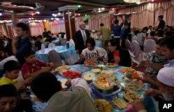 کابل میں شادی کی ایک تقریب میں مہمانوں کو کھانا پیش کیا جا رہا ہے۔