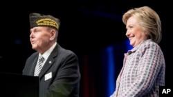De acuerdo a una encuesta reciente del diario Military Times, el 49% de veteranos respaldan a Trump y solo un 21% apoyan a Hillary Clinton.