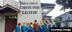 Rombongan PMII berkunjung di Gereja Katolik St. Fransiskus Xaverius Pacitan. (foto: courtesy)