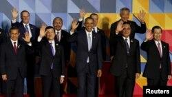 """Para pemimpin APEC melambaikan tangan kepada media dalam acara """"foto keluarga"""" resmi di Manila, Filipina Kamis (19/11)."""