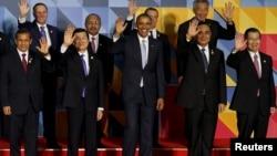 参与APEC峰会的各国领导人向记者们挥手致意(2015年9月19日)
